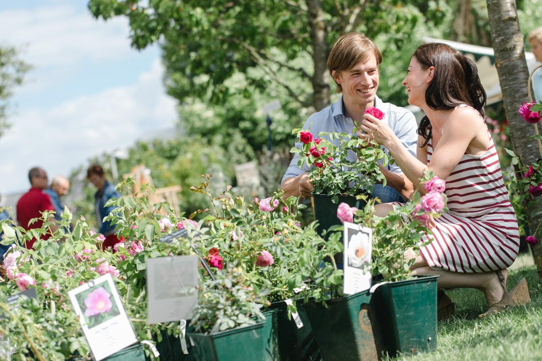 Paar bei den Gartentagen im Stift Seitenstetten