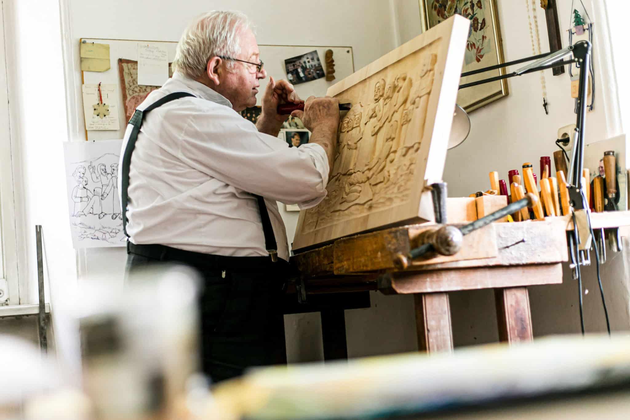 P. Martin fertigt selbst Holzschnitzereien an.