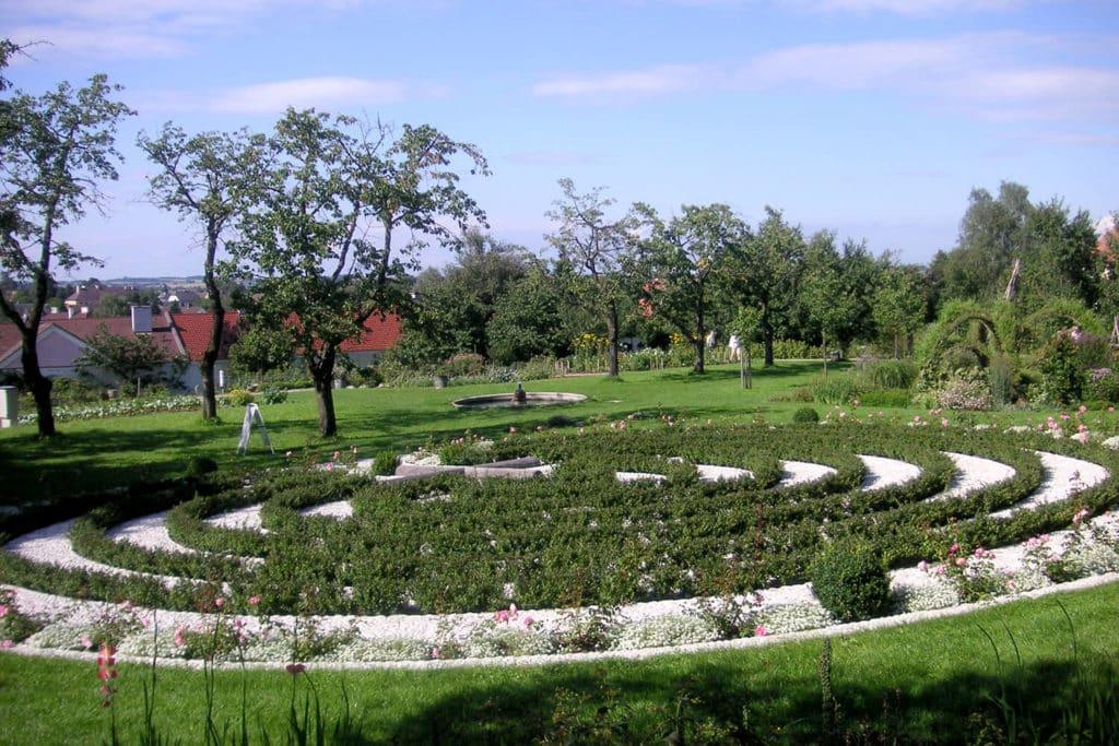 Rosenkranz Labyrinth im Hof Garten vom Stift Seitenstetten