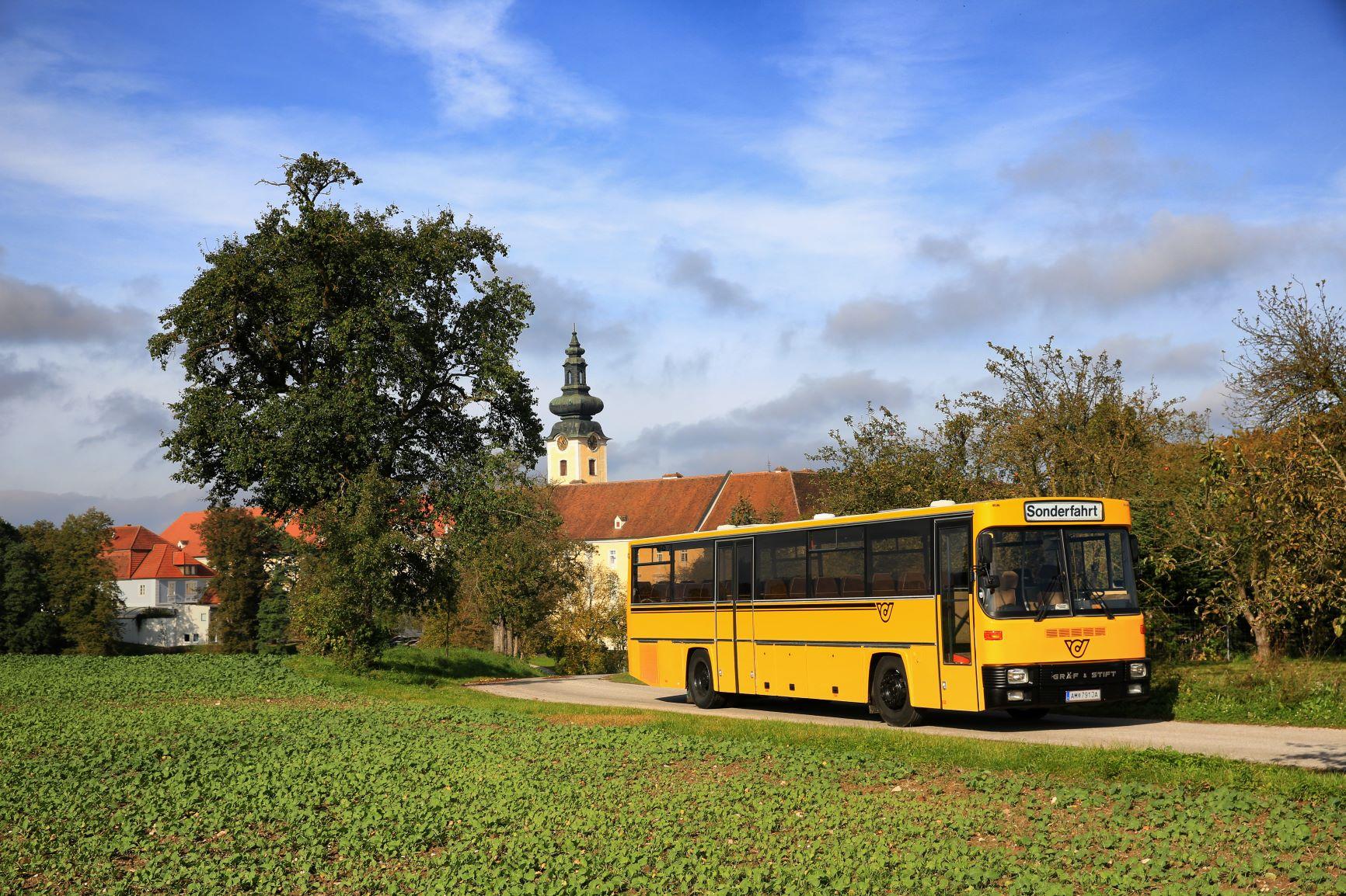 alter Postbus vor dem Stift Seitenstetten