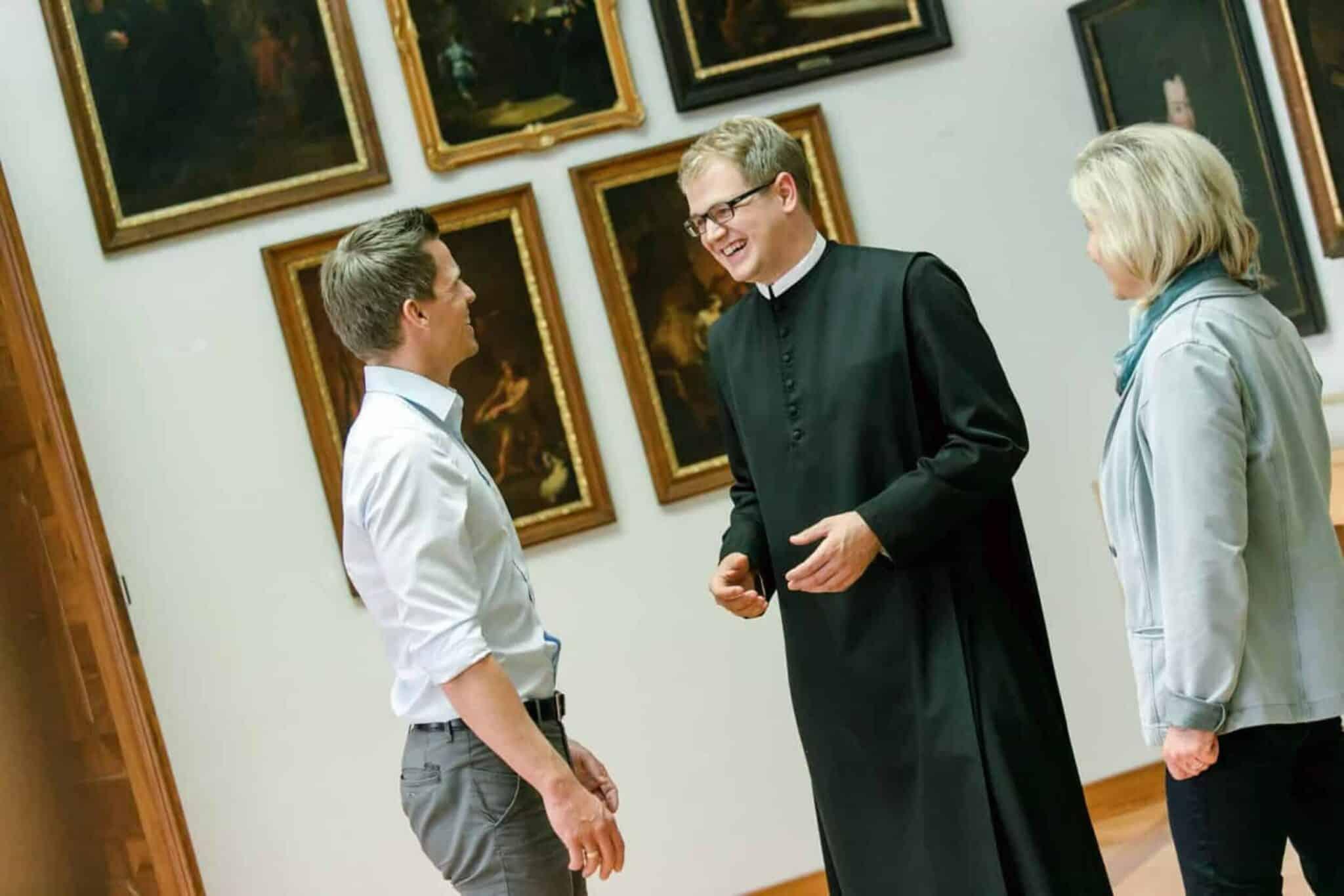 P. Benedikt bei einer Führung durch die Galerie